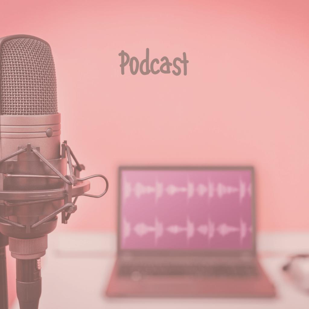 Mikrofon und Laptop mit link zu Podcasts