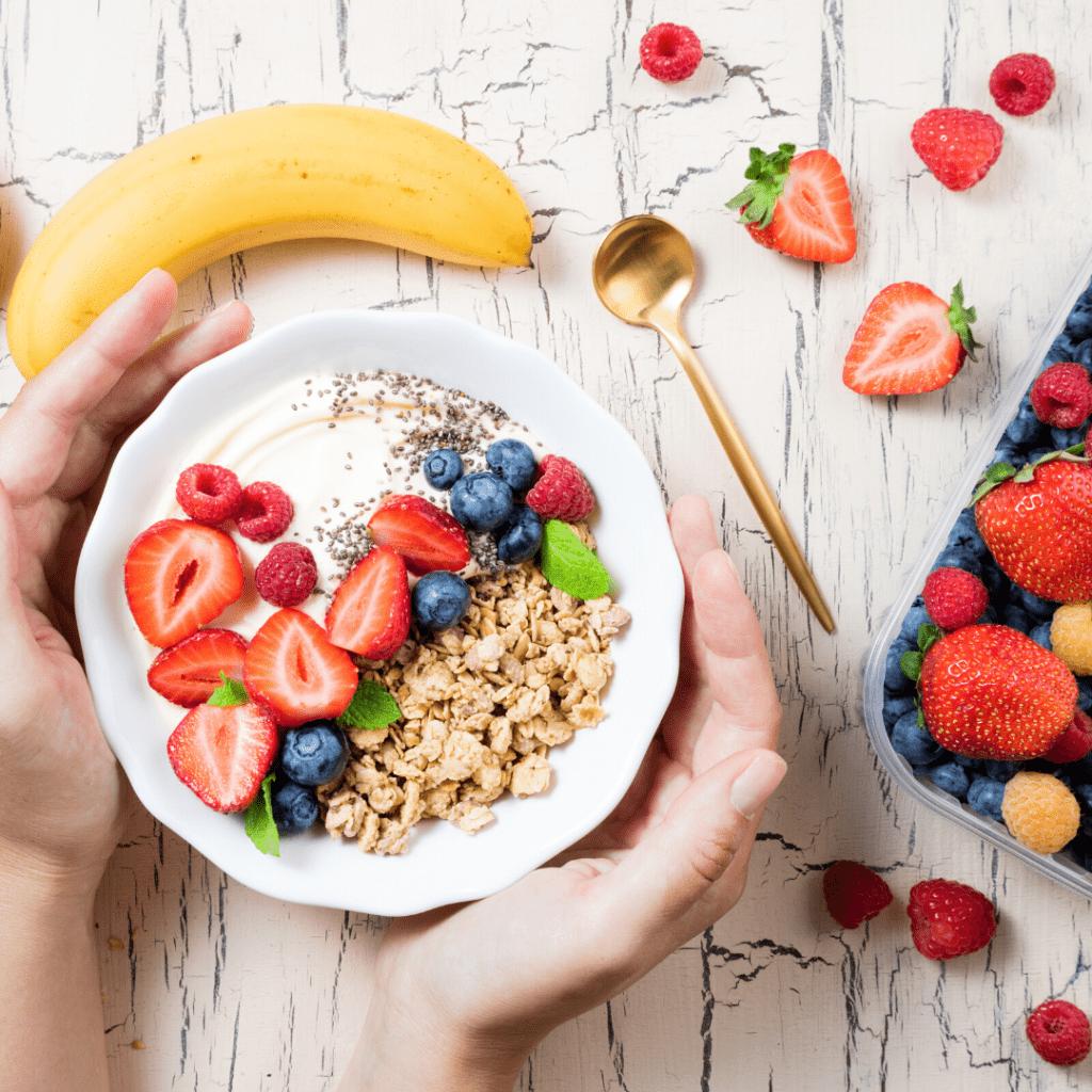 Müsli mit Joghurt und Früchten in Schale