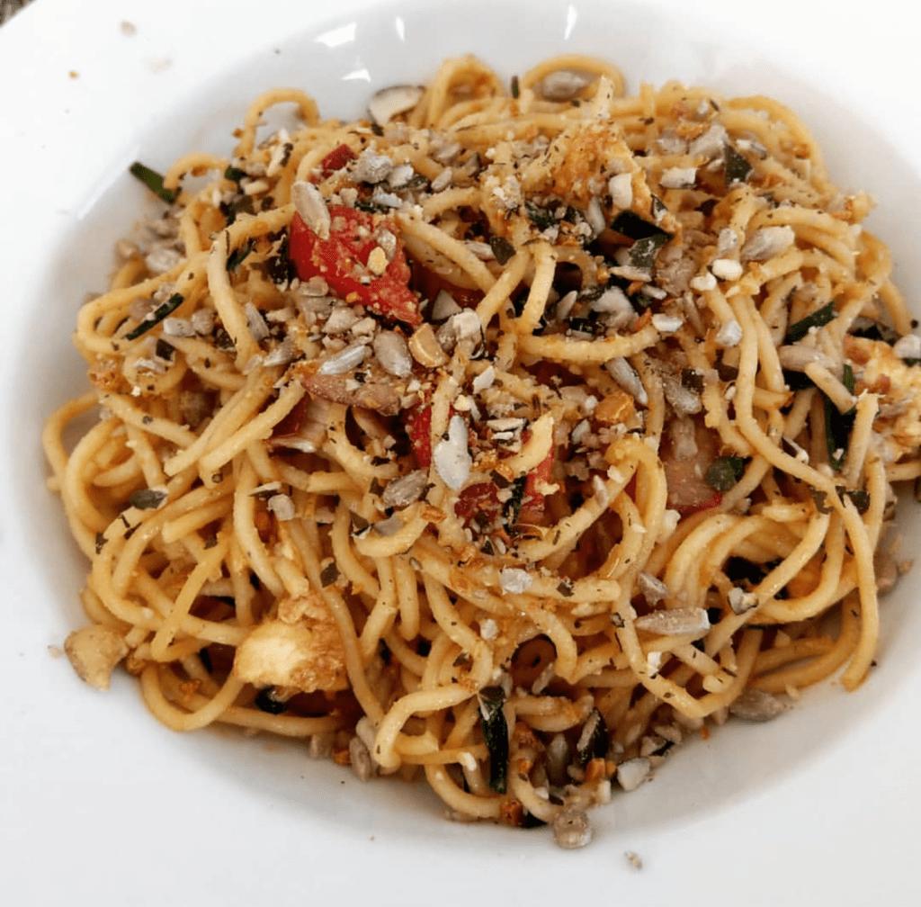 Nudelsalat mediterran mit Salatkernen